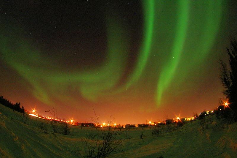 オーロラは冬のイメージがあるけれど、実際は夏でも見られる。 (C) Xander - Northern Lights at Yellowknife, NWT, Canada