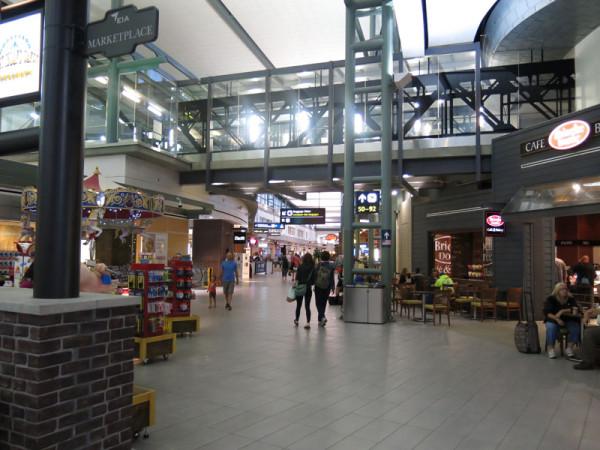 新装なったエドモントン空港。店も多くなったので、多少暇つぶしできるかも。