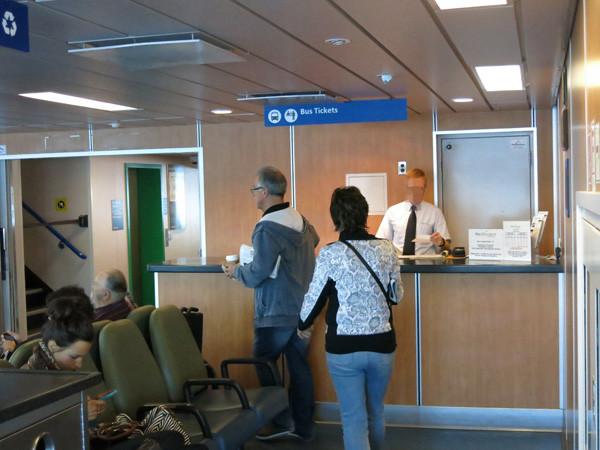 フェリーでは、バスドライバーが船内でチケットを販売。フェリー内でチケットを買って、そこからバスに乗るこむことも可能。
