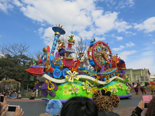 ディズニーランドの昼のパレード、ハピネス・イズ・ヒア。個人的には一番良かったパレードです。