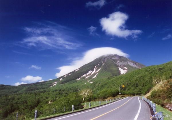 Shiretoko Pass is the highlight of Shiretoko peninsula. (C) JNTO
