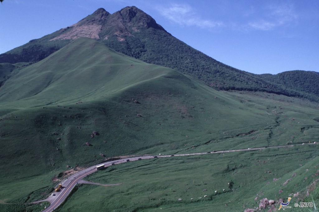 Kusasenri at Mt.Aso can be accessed by Aso or Miyaji station on Houhi line. ©JNTO