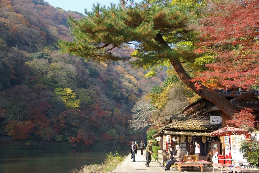 Katsura river in Arashiyama, Kyoto is very popular in Spring and Fall. ©Yasufumi Nishi/© JNTO