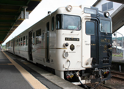 Ibusuki no Tamatebako is operated by specialized KIHA 47 series. Black and White paint is very creative. (C) Sonic Rail Garden