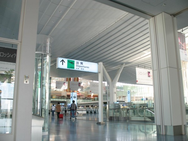 If you arrive at Haneda by Tokyo Monorail, the station is located at same level as departure floor. (C) JP Rail