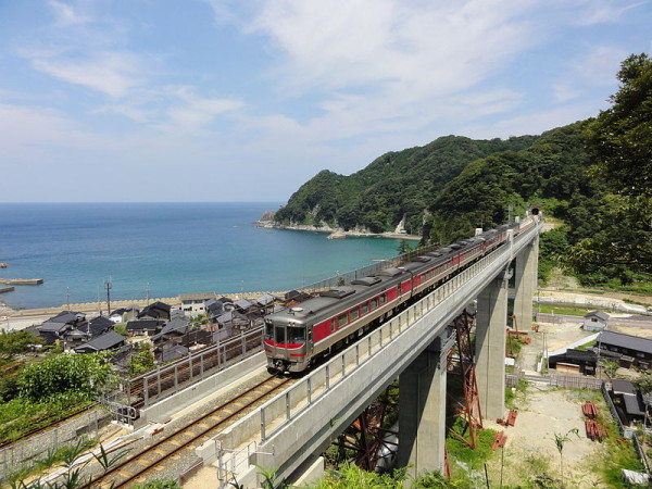 Limited Express Hamakaze crossing one of famous bridge, Amarube Bridge. (C) RSA - JR West KiHa 189 series DMU on a Hamakaze limited express service crossing the Amarube Viaduct on the Sanin Main Line