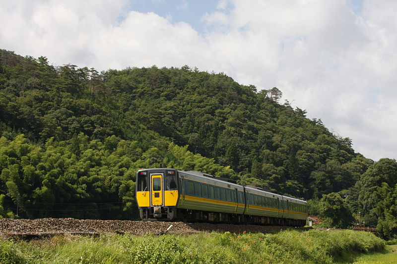 Super Oki is operated by high speed diesel unit with tilting system KIHA 187 series. (C) kazusan - JR West KiHa 187 series DMU on a Super Oki service on the Yamaguchi Line in Japan