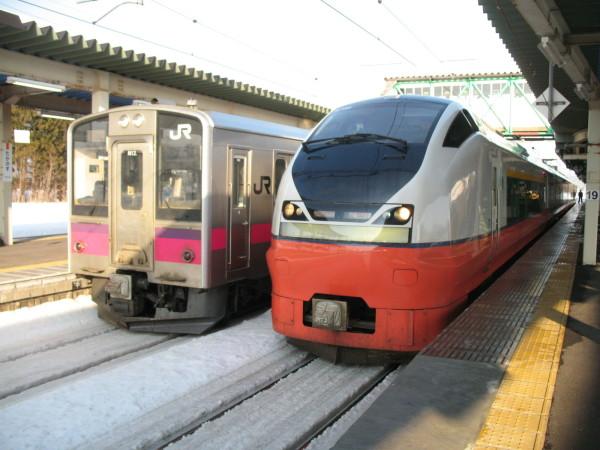 Tsugaru and local train at Takanosu station. (C) JP Rail