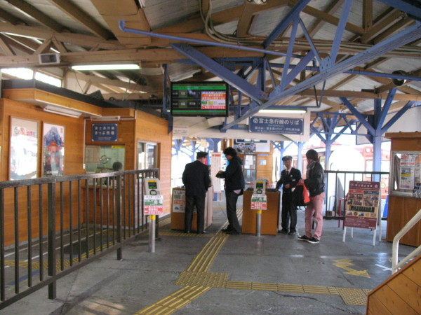 Transfer ticket gate is located at the end of platform for track #3. (C) JP Rail