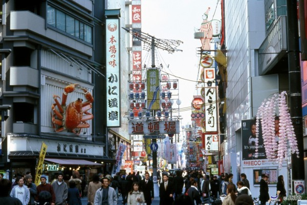 There are so many restaurants in Dotonbori area. ©JNTO