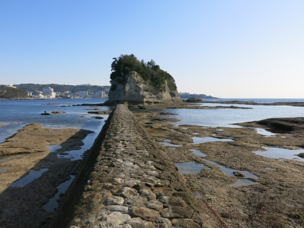 Large rock surface beach can be seen very often in Shirahama (C) JP Rail