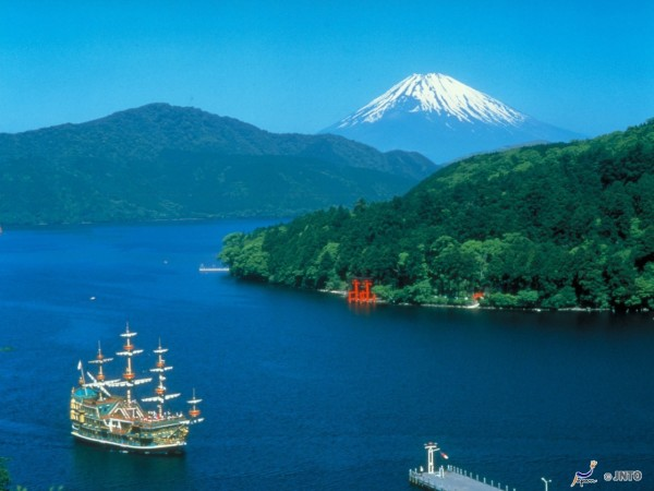 Highest mountain, Mt. Fuji from Lake Ashi, Hakone  ©Odakyu Electric Railway/©JNTO