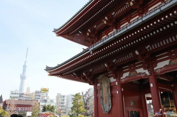 Senso-ji temple and Tokyo Skytree in Asakusa ©Yasufumi Nishi/©JNTO