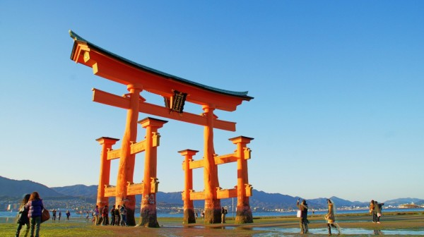 You have to visit at low tide if you want to walk around Torii.  	©Hiroshima Prefecture / ©JNTO