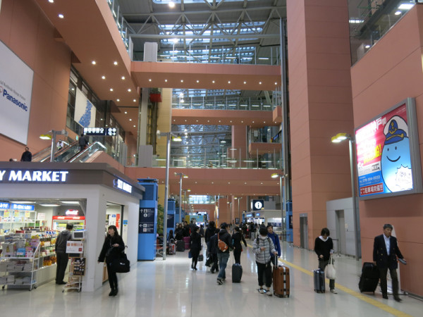 Kansai Airport terminal building is large atrium style.
