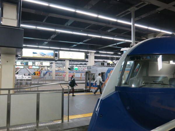 Overview of platforms. The photo was taken at track #9 beside Kansai Airport Limited Express Rapi:t.