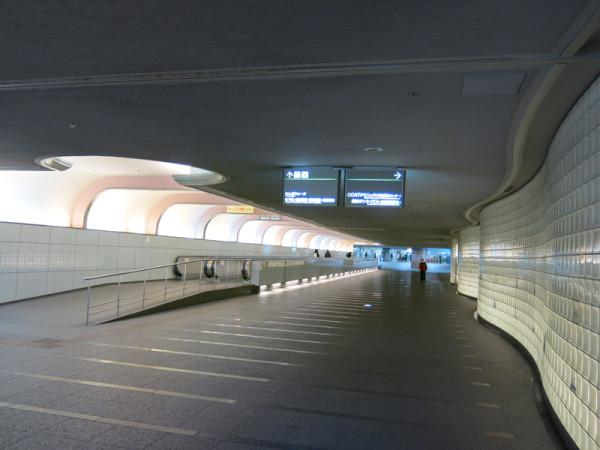 The walkway between Yotsubashi line gate and JR-Namba station entrance.