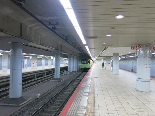 JR Namba station platform. It is much quieter than Nankai and Midousuji Namba stations.