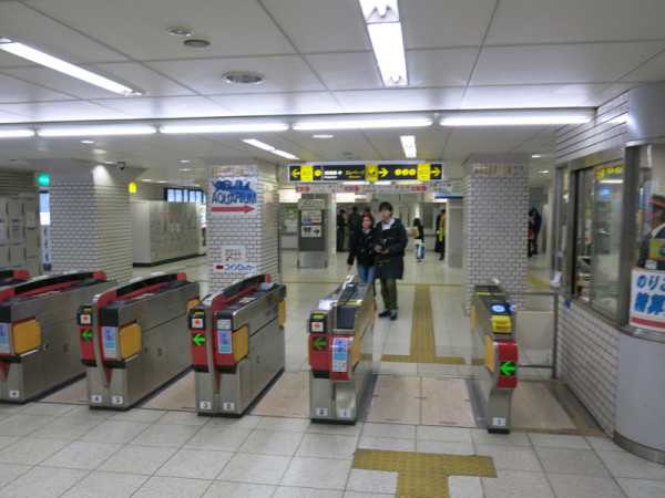 Subway automated ticket gate at Osakako station. You can slot your pass into the gate. don't forget to pick up your card after going through the gate.