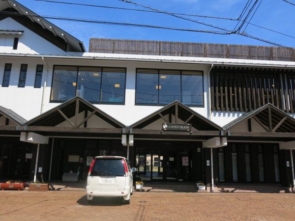 Matsumaru station entrance. There is no station staffs but day use Onsen facility is in the station building.