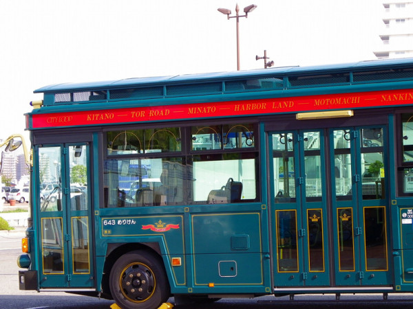 Kobe City Loop bus has completely different exterior from regular city bus. You can find it very easily.