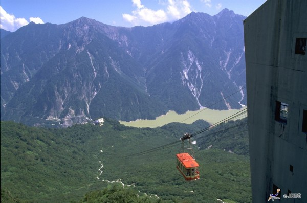 Tateyama Ropeway gives you the amazing experience.  (C) Nagano Prefecture / (C) JNTO