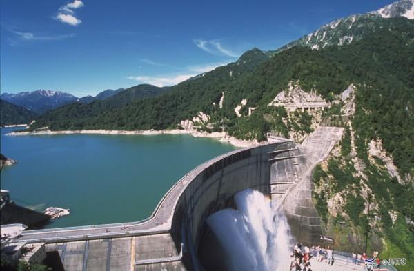 You can walk on Kurobe dam. (C) Nagano Prefecture / JNTO