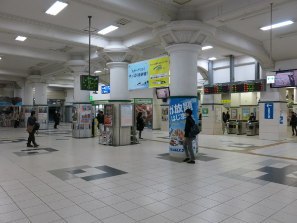 Central ticket gate and walkway to both south and north sides