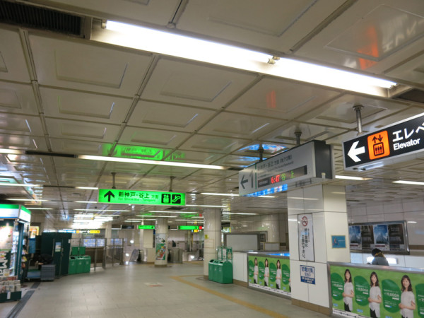Stairs and escalators to B2 floor, trains for Shin-Kobe and Tanigami