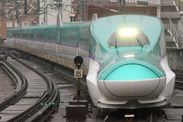 Hokkaido Shinkansen is the way to get Hakodate in your trip. (C) Sukhoi37 (Own work),  JR Hokkaido H5 series shinkansen set H1 approaching Sendai Station on a test run,CC BY-SA 4.0 , via Wikimedia Commons