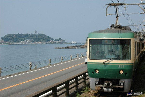 The view is very scenic from Enoshima Railway in Enoshima area. (C) Odakyu Electric Railway / JNTO