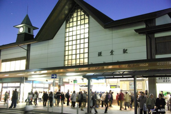 Kamakura station is very small. Both JR and Enoshima Railway stations are located at same place. (C) Yasufumi Nishi / JNTO