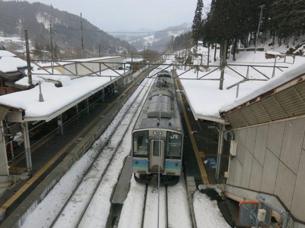 Minami-Otari station platforms and tracks.