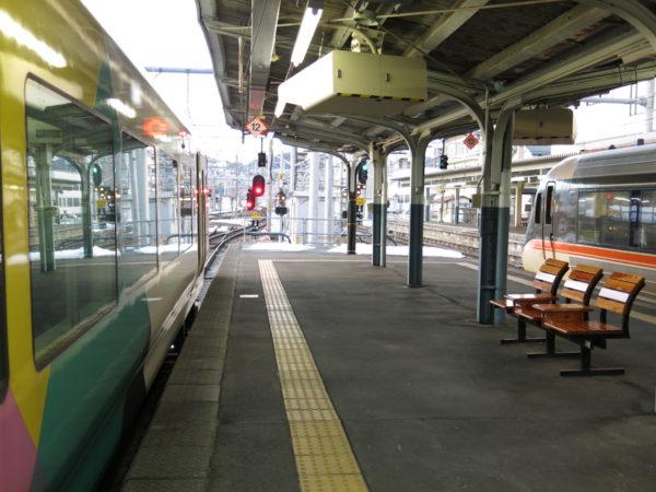 Limited Express Asusa (left) and Limited Express Shinano (right). These express trains connect Matsumoto and Nagoya or Shinjuku.