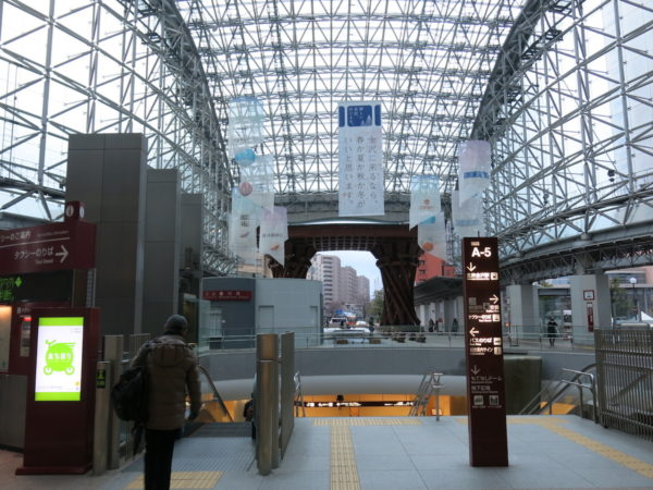 You will see this view after you exit Kanazawa station Kenrokuenguchi. Tzumi Gate is located at the end of this glass dome.