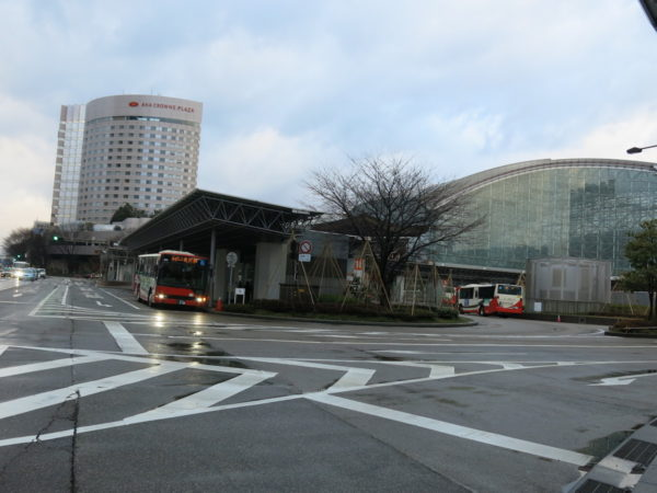 Overview of Kanazawa station Kenrokuenguchi side bus bays