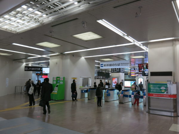 Shinkansen ticket gate (left) and Conventional line gate (right)